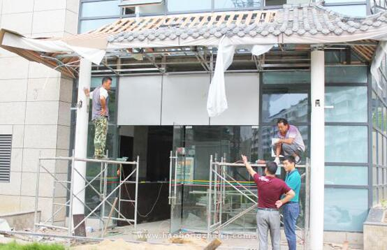 火锅店装修占用公共区域 仁和区城管局拆除违章构筑物
