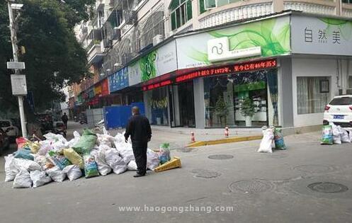 九江:居民装修建筑垃圾堆放路口 执法人员严肃查处