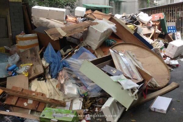 骑车人被小区建筑垃圾划伤 法院判装修和物业担责八成