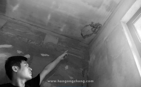 """郑州住户上演现实版小品《装修》楼上装修房顶""""脑洞""""大开"""