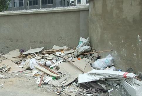 装修垃圾中转点设在幼儿园旁 这样的设计真的合理吗