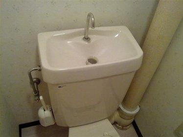 抽水马桶水箱漏水怎么办 抽水马桶水箱漏水的原因