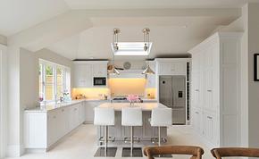 现代风格别墅厨房吧台一体装修效果图
