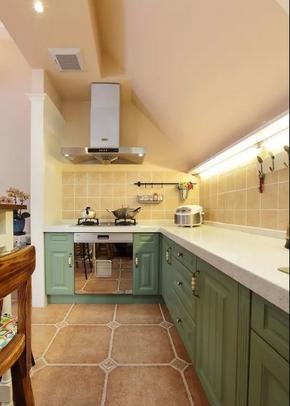 斜顶阁楼厨房蓝色橱柜装修效果图