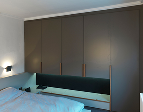 现代简约卧室灰色定制衣柜装修效果图